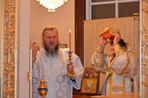 cons_Diskos-so-svyatyimi-moshhami-obnositsya-vokrug-prestola