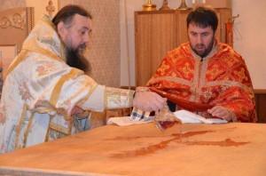 cons_Episkop-vozlivaet-trizhdyi-rozovuyu-vodu-dlya-omoveniya-trestola
