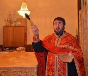 cons_Nastoyatel-serbskogo-prihoda-protoierey-Radovan-okroplyaet-sv.-vodoy-stenyi-hrama