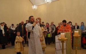 cons_Protodiakon-Viktor-Kramarenko-voznosit-ekteniyu-o-blazhennyih-sozdatelyah-hrama